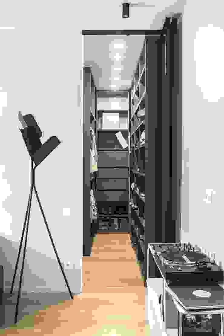 Scandinavian style dressing room by U concept Scandinavian