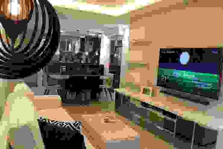 Móvel TV em melamina cinza, Jantar com revestimento em 3D e Cozinha branca com Tampo de Granito em Verde Ubatuba e revestimentos nos tons de cinza e preto!: Cozinhas  por Tiede Arquitetos,Moderno MDF
