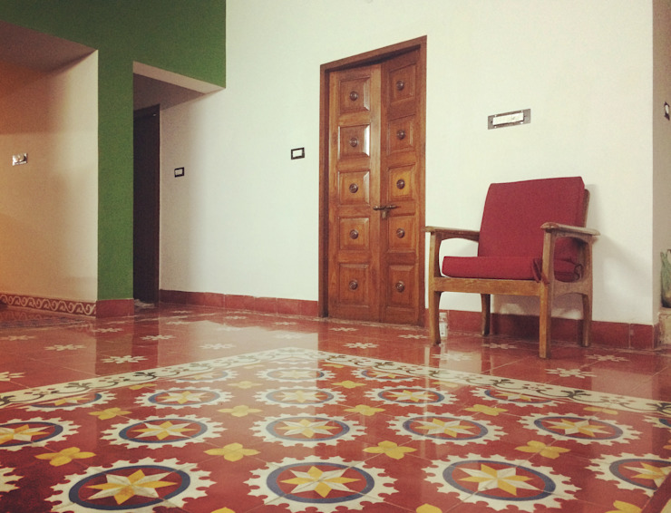 Mrs. Rajalakshmi Ramakrishnan residence:  Living room by The Yellow Ink Studio,