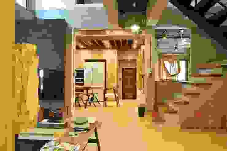 ห้องนั่งเล่นและห้องครัว: ด้านอุตสาหกรรม  โดย Nourish House, อินดัสเตรียล