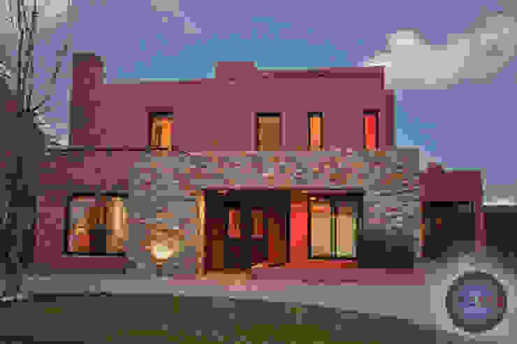 Portico de piedra: Casas unifamiliares de estilo  por CREARQ CONSTRUCCIONES SRL,