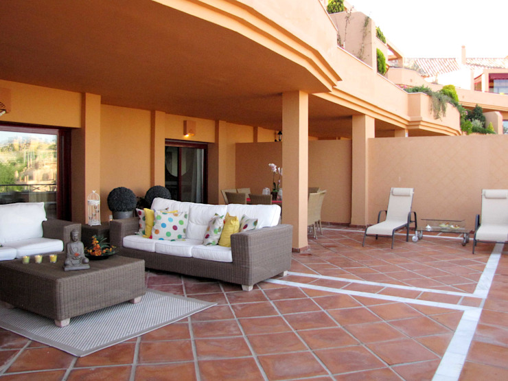Vivienda en Marbella, España (2015) Balcones y terrazas de estilo moderno de Kalos Creative Studio Moderno