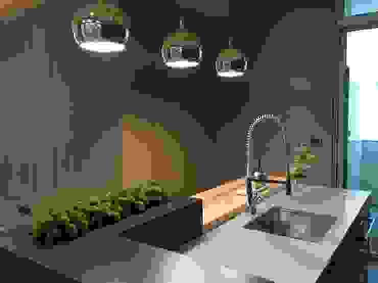 台南   實品屋 現代廚房設計點子、靈感&圖片 根據 采易室內裝修工程有限公司 現代風