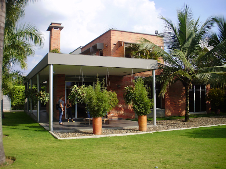 Tropical style houses by DESIGNIO Arquitectura + Objetos Tropical Bricks