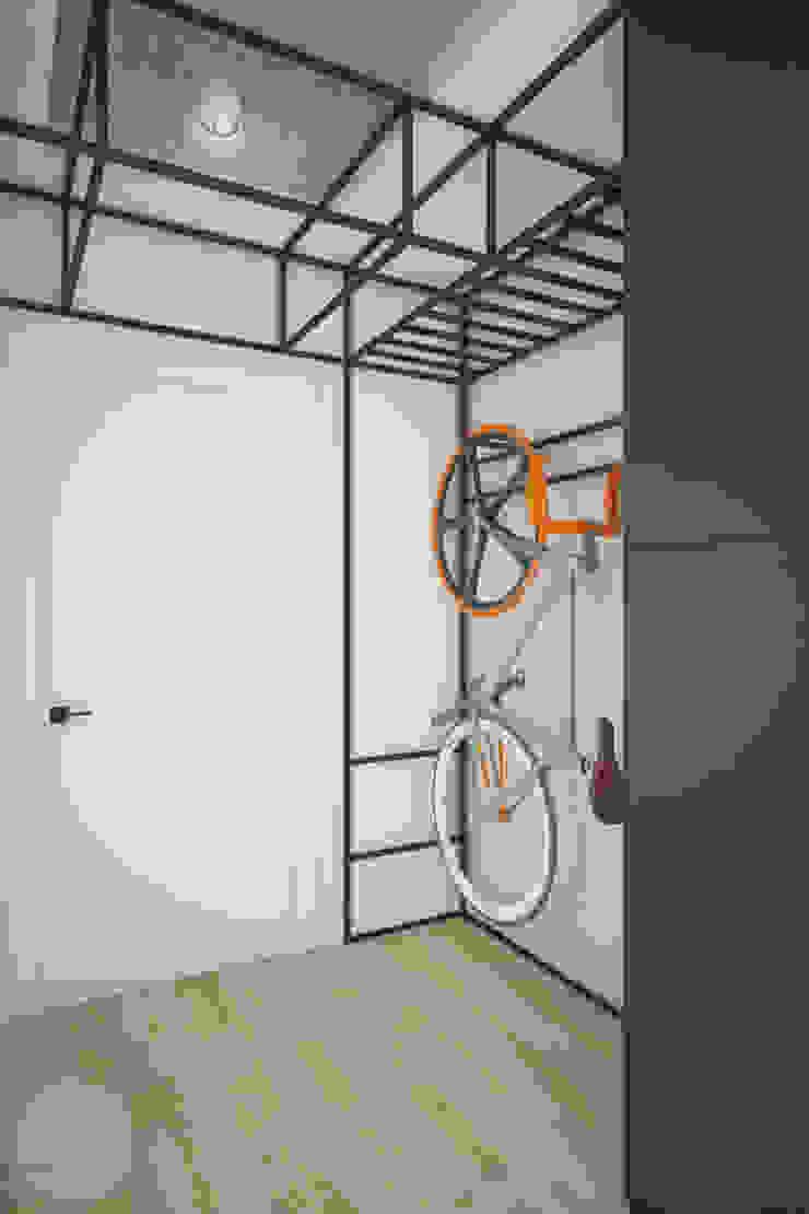 Industrialer Flur, Diele & Treppenhaus von Nevi Studio Industrial