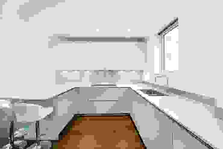Handleless Ocean Blue and White Kitchen : modern  by LWK Kitchens SA, Modern