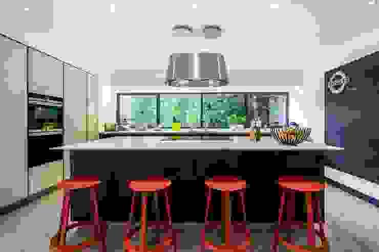 Two-tone Kitchen Design with Island : modern  by LWK Kitchens SA, Modern