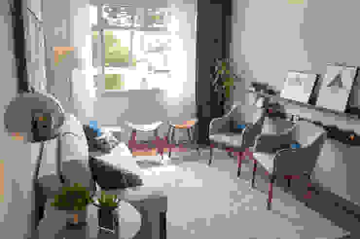 Sala de Estar AF - Curitiba/PR Déco&Co. Arquitetura Salas de estar modernas Madeira Azul