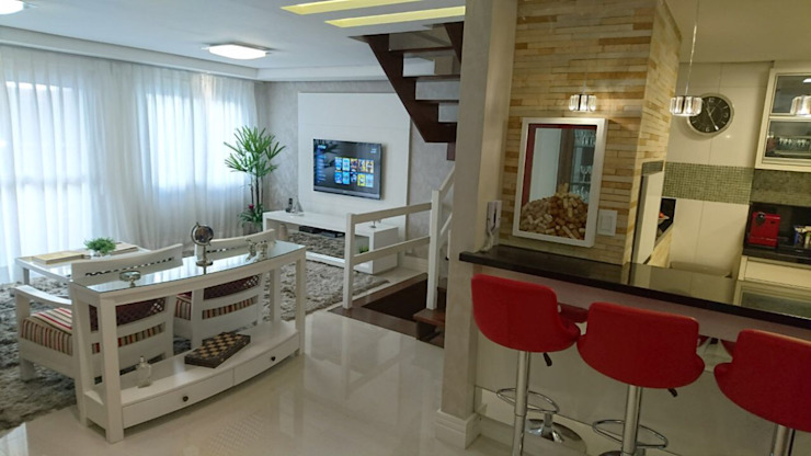 Sala de Estar com TV e Cozinha Americana- mistura do aconhegante e lindo! Salas de estar modernas por Tiede Arquitetos Moderno Pedra Calcária