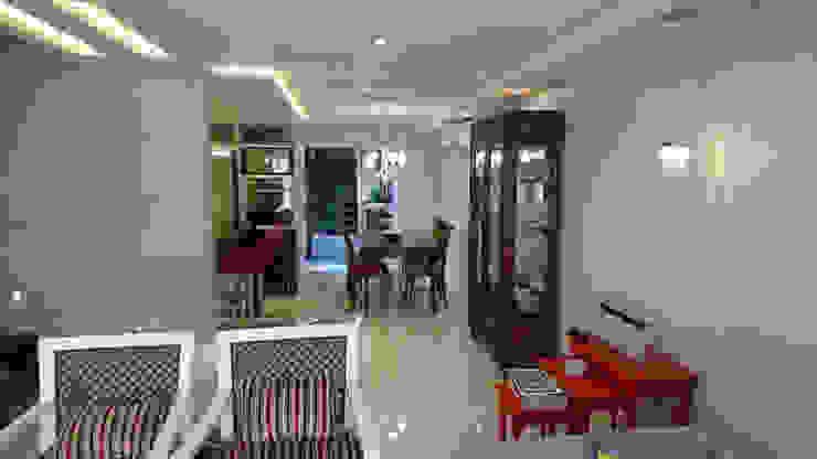 Sala de Jantar com efeito de luz e detalhes em vermelho ao redor! Salas de jantar modernas por Tiede Arquitetos Moderno Madeira maciça Multi colorido