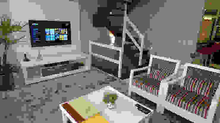 Sala TV laqueada de branco aconhegante para receber amigos! Salas de estar modernas por Tiede Arquitetos Moderno Madeira Efeito de madeira