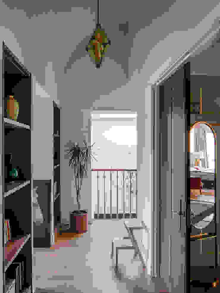 C&M Media Pasillos, vestíbulos y escaleras de estilo minimalista