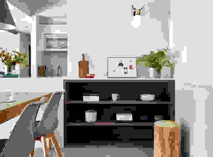 Pasillos, vestíbulos y escaleras de estilo minimalista de 樸十設計有限公司 SIMPURE Design Minimalista