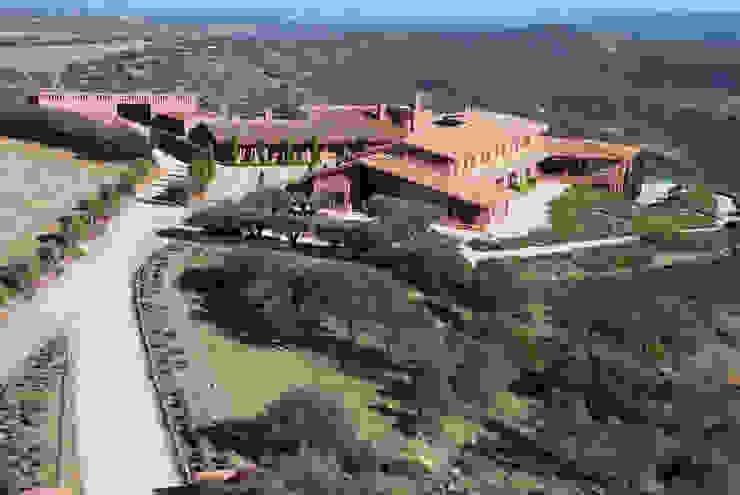 Vista aérea de casa rural, arquitectura en Castilla La Mancha - arquitectura para la felicidad: Casas rurales de estilo  de Otto Medem Arquitecto vanguardista en Madrid,