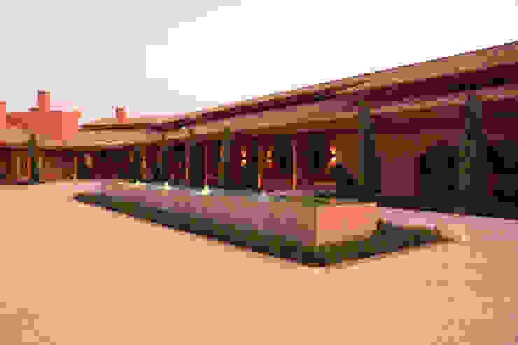 Patio de casa rural: Jardines delanteros de estilo  de Otto Medem Arquitecto vanguardista en Madrid,