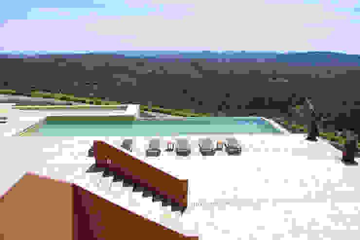 Piscina en casa de campo: Piscinas infinitas de estilo  de Otto Medem Arquitecto vanguardista en Madrid,