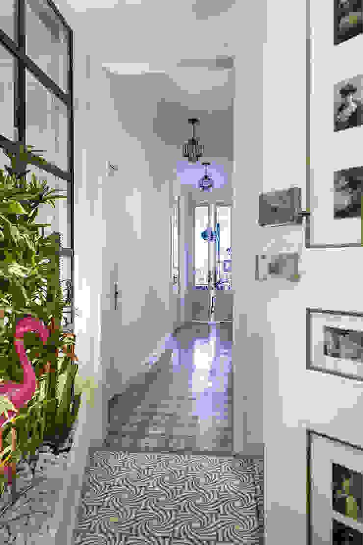 La Casa Bipolar Pasillos, vestíbulos y escaleras de estilo ecléctico de Egue y Seta Ecléctico