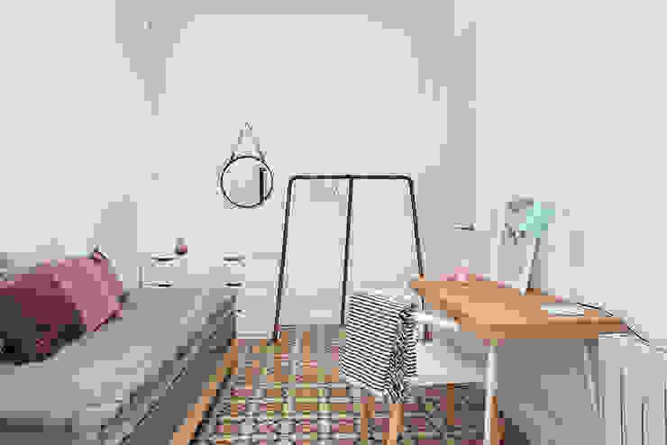 Dormitorio infantil con escritorio Dormitorios infantiles de estilo moderno de La Casa Marta Moderno