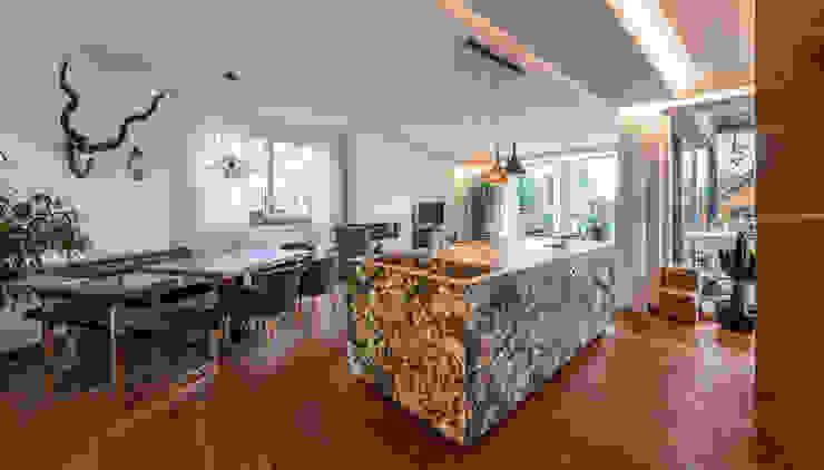 ÖKOLOGISCHES HOLZHAUS AUS STROH UND LEHM IN WIEN STAMMERSDORF Moderne Küchen von AL ARCHITEKT - in Wien Modern