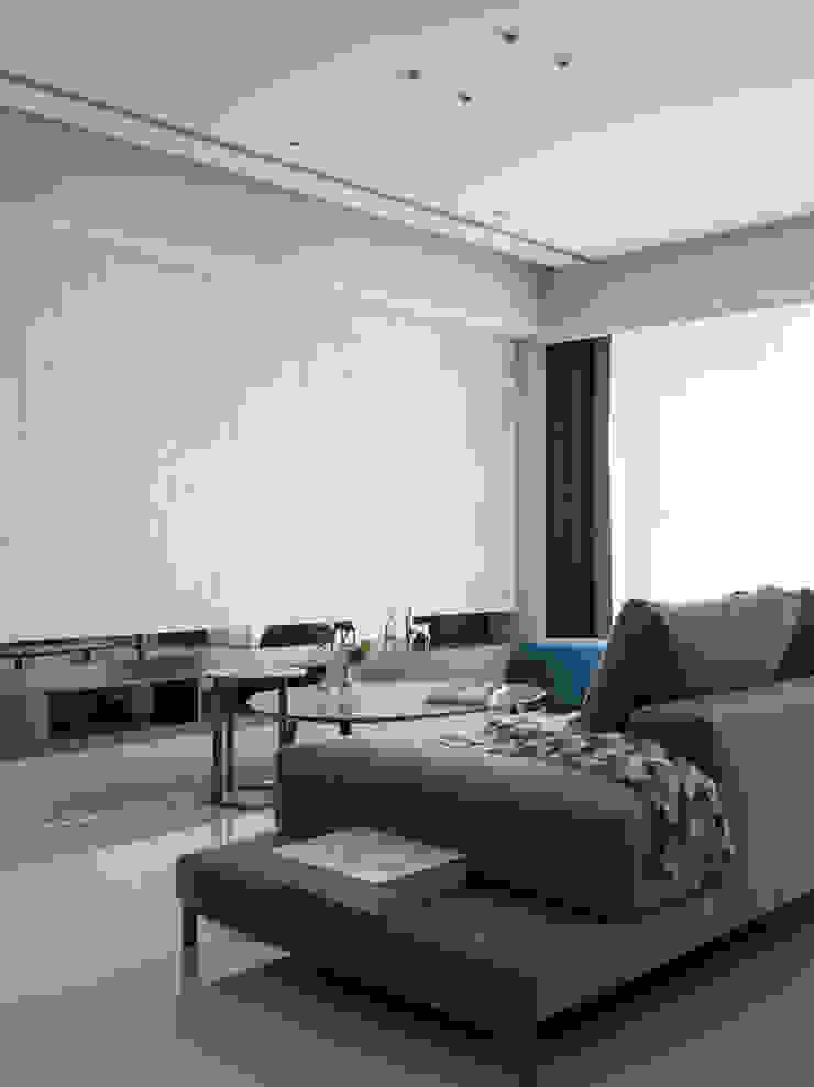 01 现代客厅設計點子、靈感 & 圖片 根據 工聚室內設計 現代風