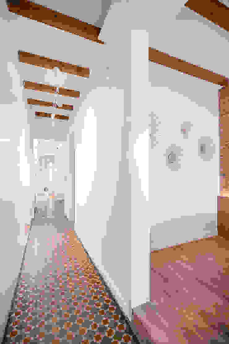 Córcega Piedra Papel Tijera Interiorismo Pasillos, vestíbulos y escaleras de estilo escandinavo