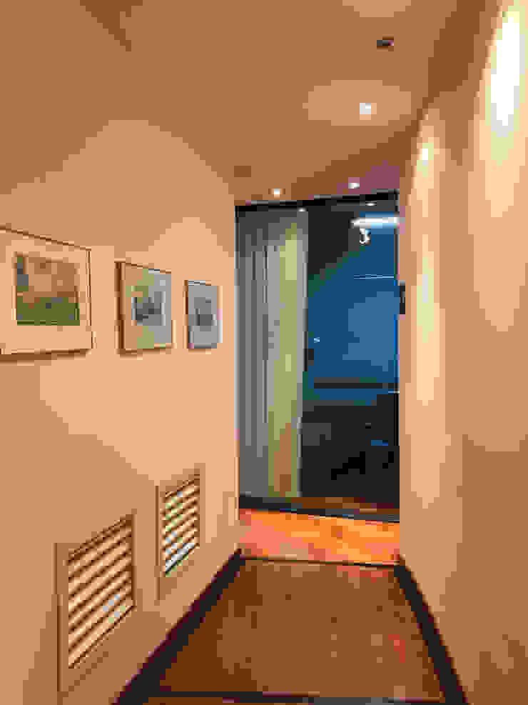 De gang: modern  door MEF Architect, Modern Hout Hout