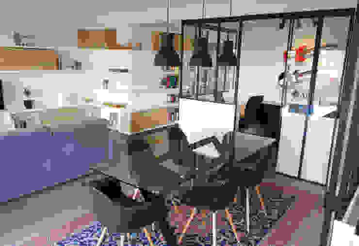 Vue de l'espace de vie et le bureau au fond Salon scandinave par Créateurs d'Interieur Scandinave