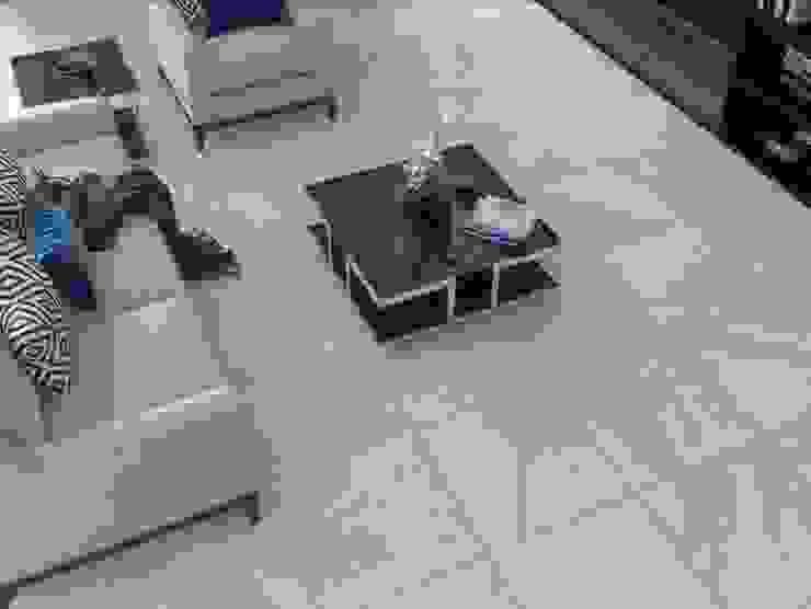 Sala con piso estilo mármol Salas de estilo moderno de Interceramic MX Moderno Cerámico