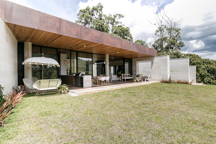 Modern houses by BASSICO ARQUITECTOS Modern