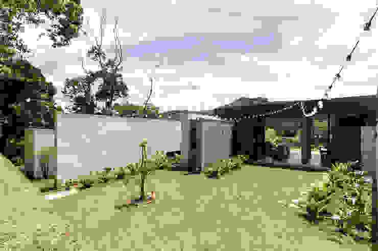 CASA ENTREMUROS Casas modernas de BASSICO ARQUITECTOS Moderno