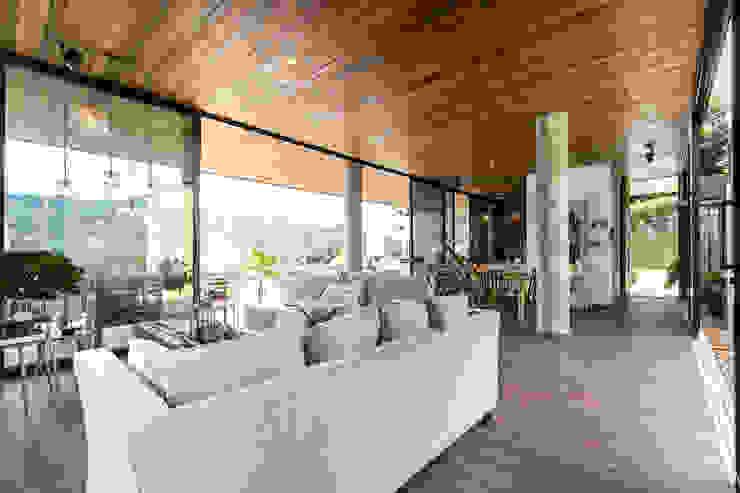 CASA ENTREMUROS Salas modernas de BASSICO ARQUITECTOS Moderno Madera Acabado en madera
