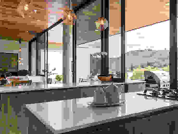 CASA ENTREMUROS Cocinas modernas de BASSICO ARQUITECTOS Moderno Aglomerado