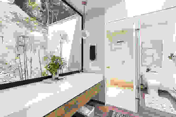 Modern Bathroom by BASSICO ARQUITECTOS Modern Stone