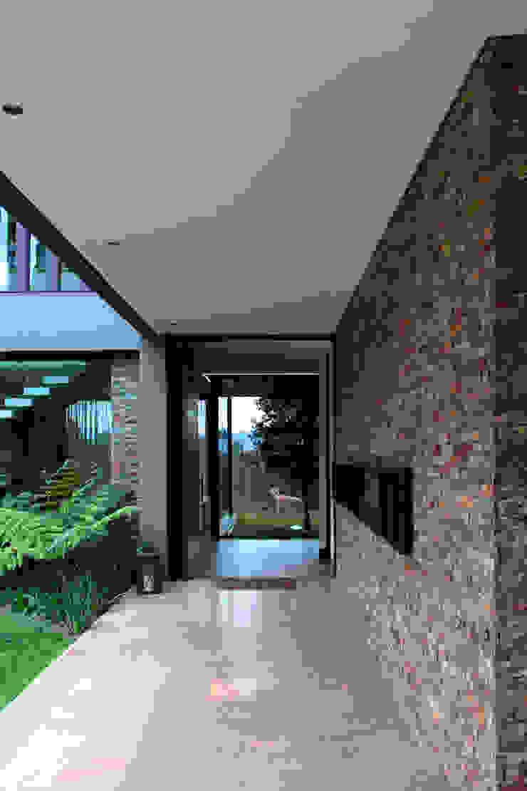 CASA C4 Pasillos, vestíbulos y escaleras de estilo moderno de BASSICO ARQUITECTOS Moderno Piedra