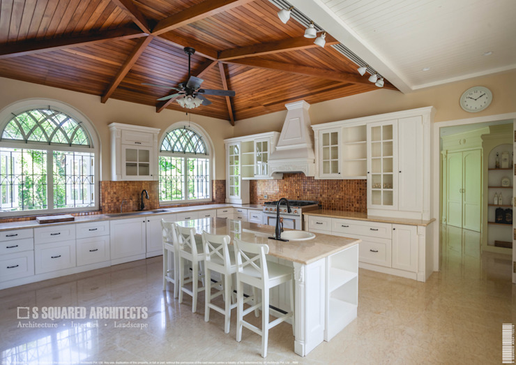 The 'Golden Hue' Residence Colonial style kitchen by S Squared Architects Pvt Ltd. Colonial Solid Wood Multicolored