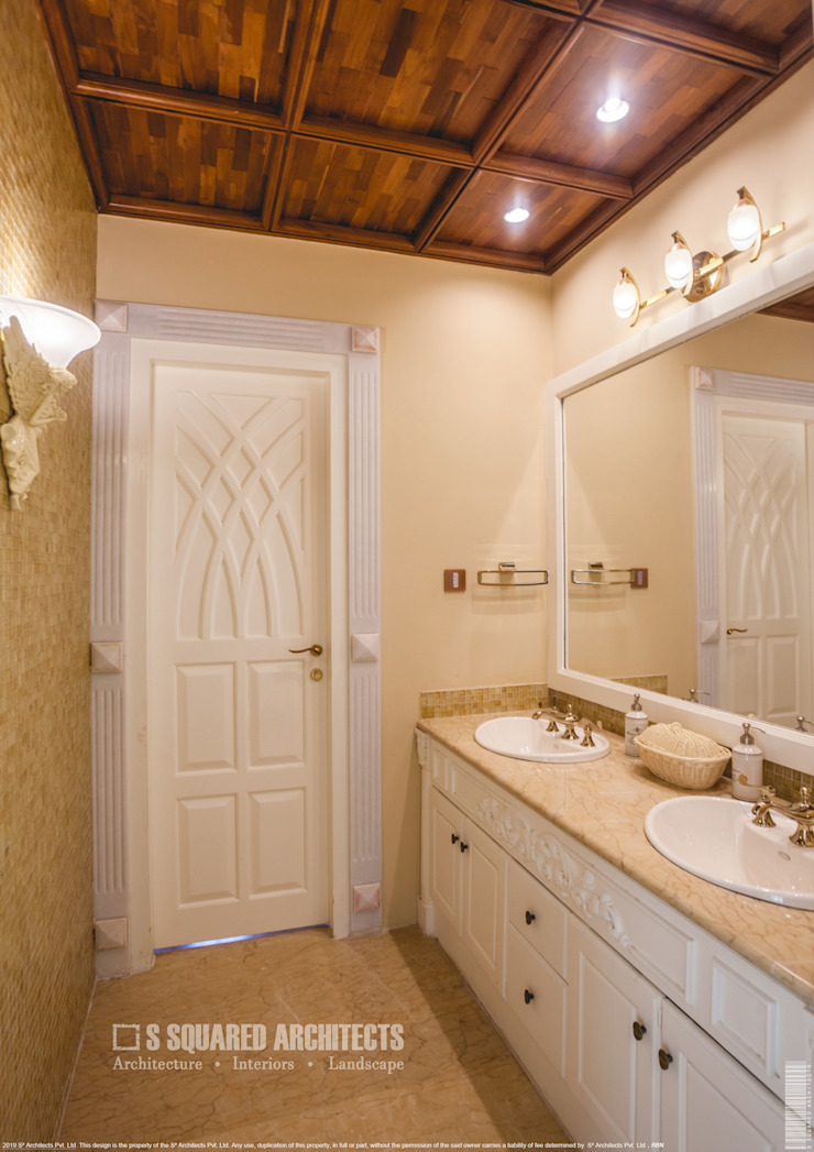 The 'Golden Hue' Residence Colonial style bathroom by S Squared Architects Pvt Ltd. Colonial Wood Wood effect