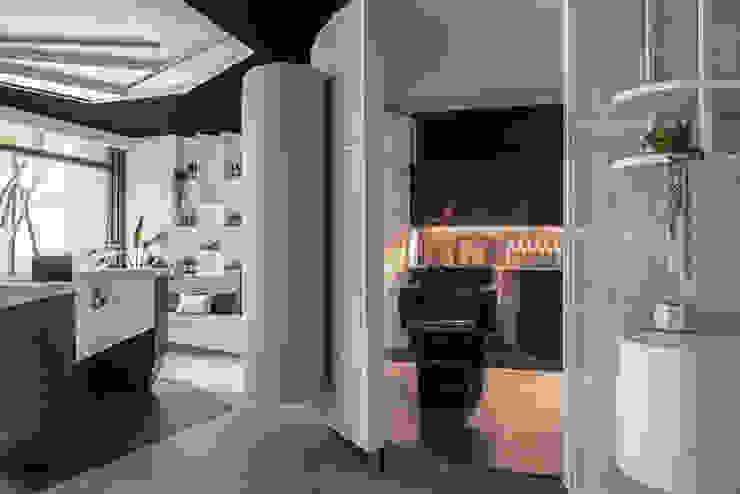 洗頭台隱藏在圓形柱內:  辦公空間與店舖 by 漢玥室內設計