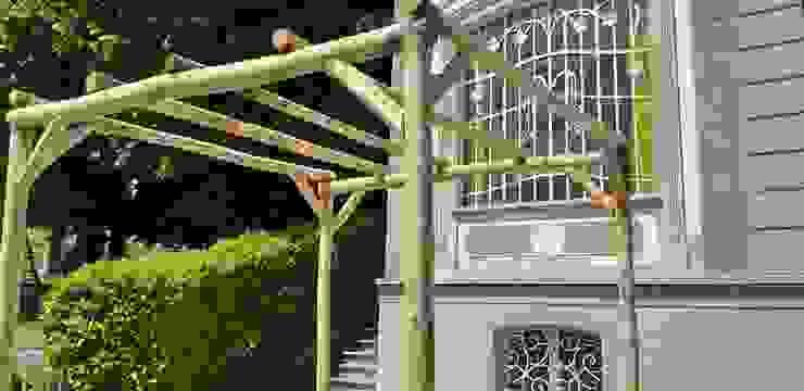MEZZI PALI Ombraggianti - COPERTURA per pergole in castagno scortecciato: Giardino in stile  di ONLYWOOD