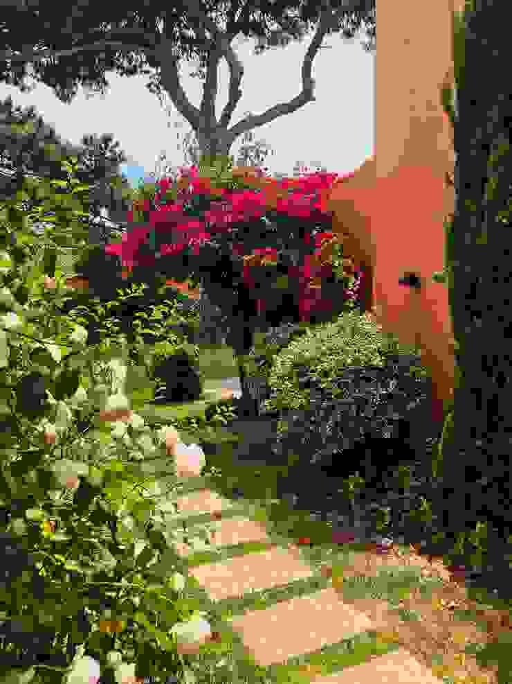 Entrada do espaço e porta principal de casa Jardins campestres por Maria Mayer | Interior & Landscape Design Campestre