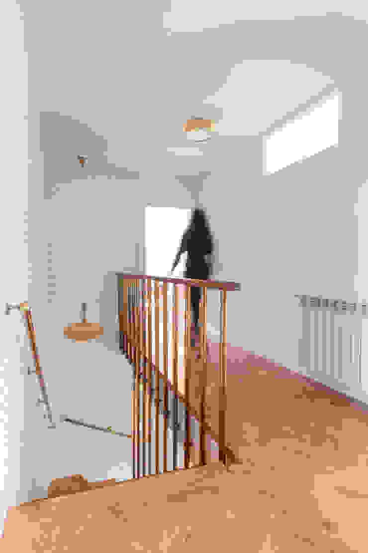 Arquigestiona Reformas S.L. Koridor & Tangga Modern White