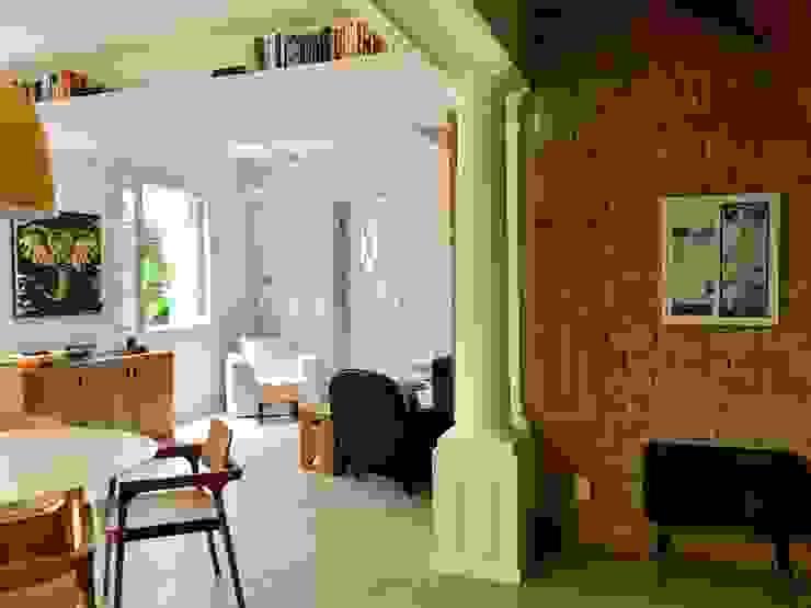 SALA INTEGRADA VISUALMENTE AO JARDIM Salas de estar modernas por Maria Claudia Faro Moderno Concreto