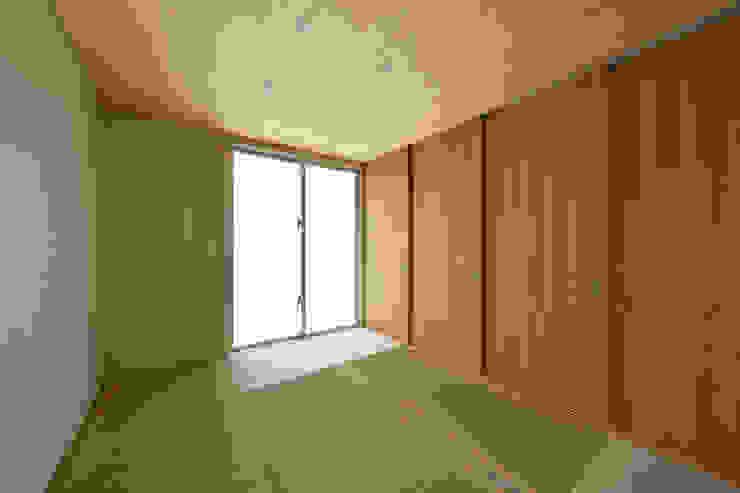 Chambre moderne par プラソ建築設計事務所 Moderne