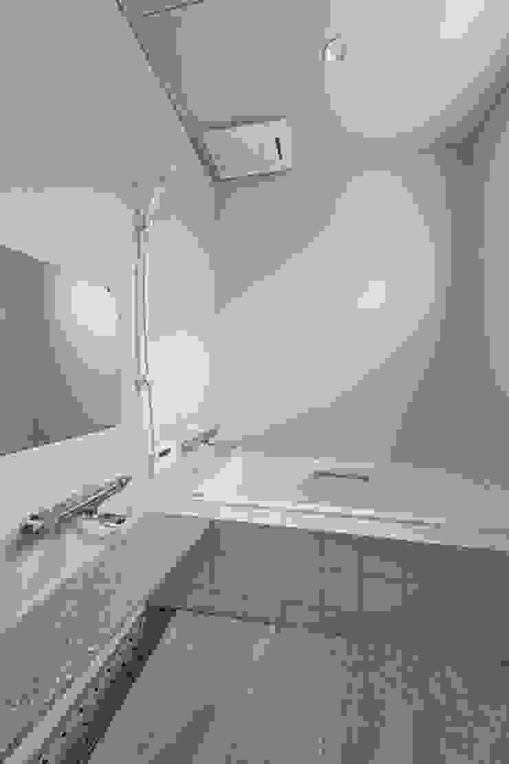 Salle de bain moderne par プラソ建築設計事務所 Moderne