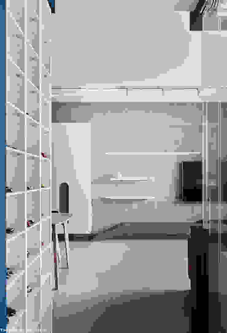 Minimalistische gangen, hallen & trappenhuizen van 思維空間設計 Minimalistisch