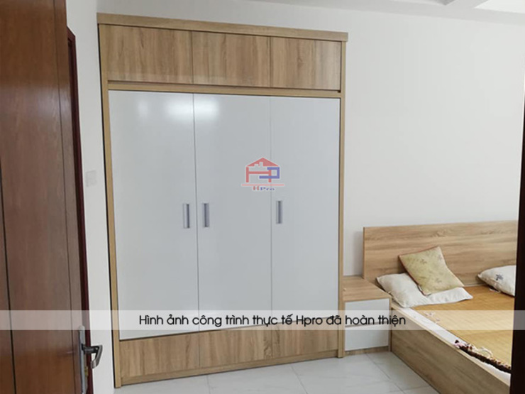 Hình ảnh thực tế không gian nội thất gỗ melamine trong phòng ngủ master nhà chị Lâm Anh - Xuân La: hiện đại  by Nội thất Hpro, Hiện đại