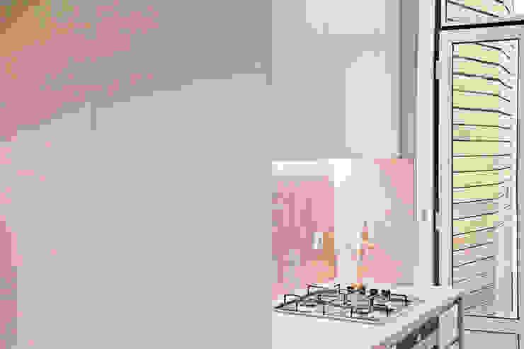 Modern kitchen by Matos + Guimarães Arquitectos Modern