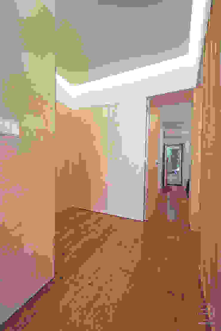 Modern corridor, hallway & stairs by Matos + Guimarães Arquitectos Modern