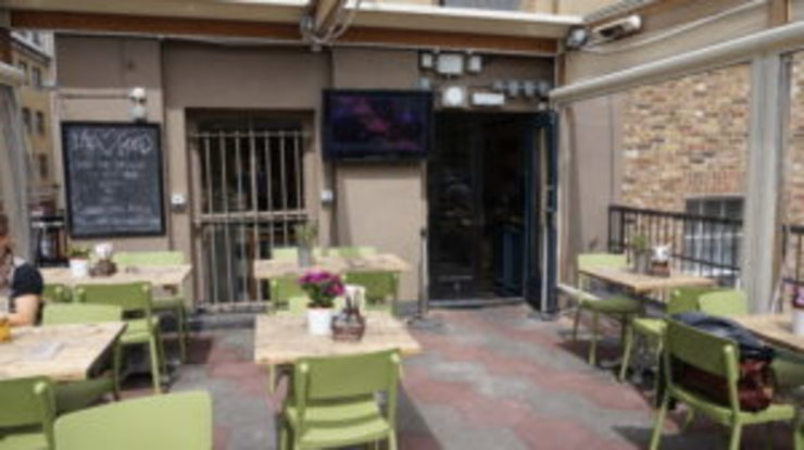 Outdoor LED TV Display Screens Installed At The Castle Pub In Islington, London od Aqualite Outdoor TVs Nowoczesny