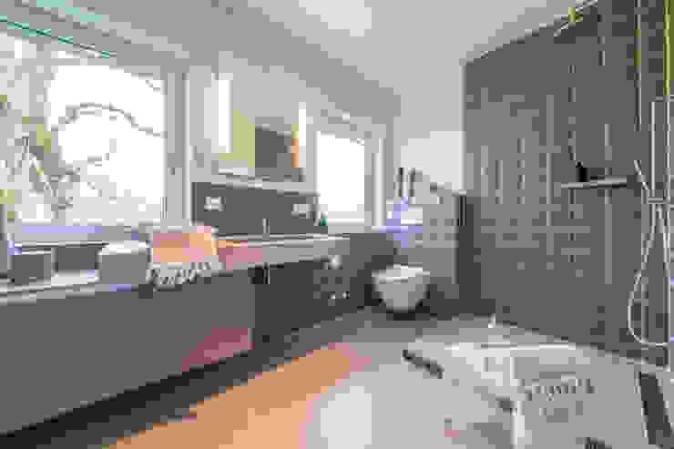 Münchner home staging Agentur GESCHKA Minimalist style bathroom Tiles Brown