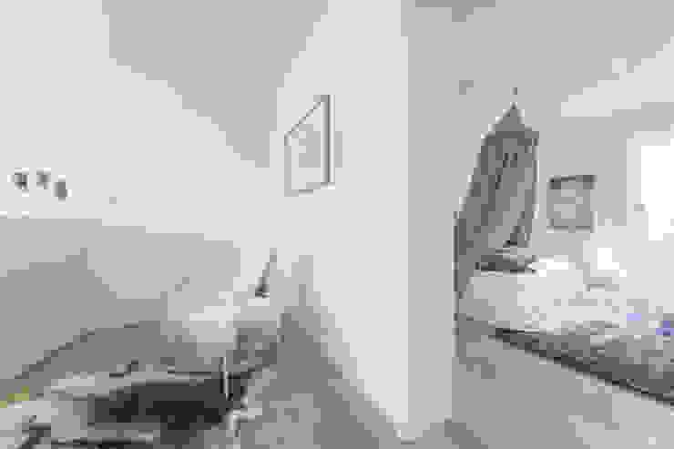 Münchner home staging Agentur GESCHKA Minimalist corridor, hallway & stairs